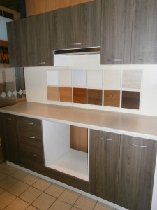 Virtuve su su ištisiniu stalviršiu1