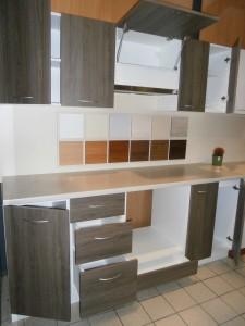 Virtuve su su ištisiniu stalviršiu2